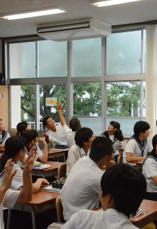 In this June 5, 2018 file photo, students at Oji Junior High School in the city of Oita are thrilled following the installation of an air conditioner in a classroom. (Mainichi)