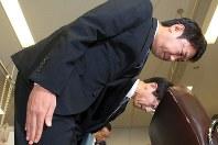記者会見の冒頭で謝罪するスルガ銀行の有国三知男社長(手前)=2018年10月5日、梅村直承撮影