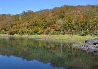 標高約950メートルの石沼は澄み切った「水鏡」に紅葉を映し出す=岩手県奥州市胆沢で2018年10月8日、中尾卓英撮影