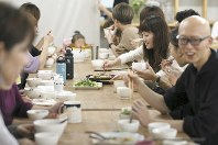 CRAZYでは、昼食時に社員が集まって一緒に食事をしている=東京都墨田区で2018年10月10日、佐々木順一撮影