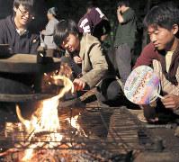 たき火で料理を作る地元の高校生ら=東京都世田谷区で、宮武祐希撮影
