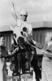 【1987年】サクラスターオー 皐月賞V以来の長期休養明けながら復活勝利を飾ったサクラスターオーと東信二騎手=京都競馬場で1987年11月8日撮影