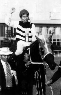 【1989年】バンブービギン 単勝1番人気に応えたバンブービギンと南井克巳騎手=京都競馬場で1989年11月5日撮影