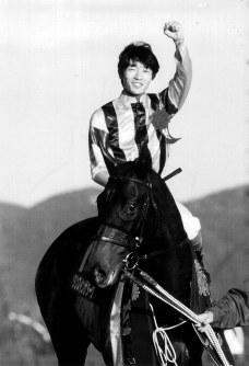 【1996年】ダンスインザダーク 直線鋭い伸び脚でロイヤルタッチ(2着)、フサイチコンコルド(3着)らを破ったダンスインザダークと武豊騎手=京都競馬場で1996年11月3日撮影