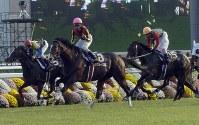 【2004年】デルタブルース 早めのスパートで後続をねじ伏せたデルタブルース(中央)と、4着に敗れた地方馬コスモバルク(右)=京都競馬場で2004年10月24日、大崎幸二撮影