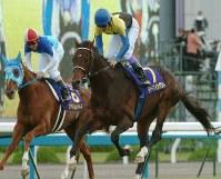 【2005年】ディープインパクト 無敗3冠を成し遂げたディープインパクト。左は2着のアドマイヤジャパン=京都競馬場で2005年10月23日、西村剛撮影