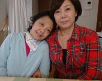 意識が回復し、自宅で療養する梢恵さんと美佐江さん親子=2018年10月16日、照山哲史撮影