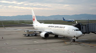 The plane that carried foreign tourists from Hong Kong and other passengers into Kansai International Airport on a special flight is seen at the airport on the morning of Oct. 17, 2018. (Mainichi)