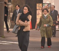 People wearing overcoats and scarves walk near JR Sapporo Station in the Hokkaido prefectural capital's Kita Ward on the morning of Oct. 17, 2018. (Mainichi/Junichi Tsuchiya)