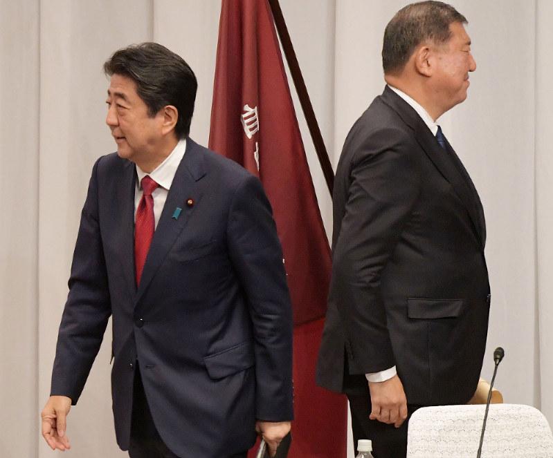 自民党総裁選で討論会に同席した安倍晋三首相(左)と石破茂元幹事長(東京都千代田区の自民党本部で9月14日)