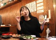 韓国では3年ほど前から流行しだした「一人ご飯」を楽しむ韓国からの留学生で法政大4年の趙敏姫さん=東京都中野区で