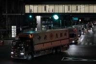 開場から1週間がたった豊洲市場の正門を通るトラック=東京都江東区で2018年10月18日午前4時11分、和田大典撮影