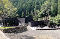大自然の中にあるフロント(左)とテラス付きレストラン(右)。奥には露天風呂の浴場がある=徳島県那賀町木頭折宇のCAMP PARK KITOで、佐々木智子さん提供