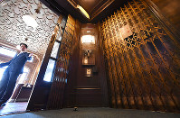 L字形の二面開き扉が非常に珍しいという日本最古級のエレベーター=京都市下京区の北京料理店「東華菜館」で、川平愛撮影