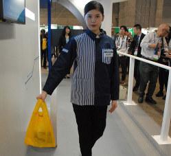 ローソンの「ウォークスルー決済」の展示。商品の入った袋を持ってセンサーの前を通ると自動的に決済される(プレス公開日の10月15日)
