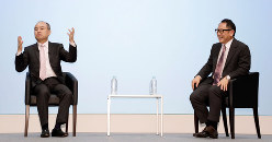 移動サービスの提携に踏み切ったトヨタ自動車の豊田章男社長(右)とソフトバンクの孫正義社長(都内のホテルで)