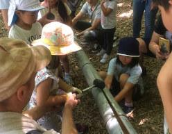 そうめん流しのレーンを作る子供たち。都会では味わえない本格的な野外活動体験に興味津々(TABICA提供)
