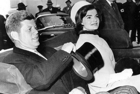 ジャクリーン夫人(右)とともに就任式に向かうケネディ大統領=1961年1月20日撮影(UPI)