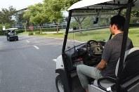 中国メーカーが開発したゴルフカート型の自動運転車。先行する車を自動で追いかけていく=上海市嘉定区で9月19日、赤間清広撮影の動画から