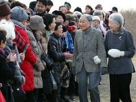 静養先の葉山御用邸近くで地元住民らと交流される天皇・皇后両陛下。お二人の歩みは皇室と国民の距離を縮めた=神奈川県葉山町で、小川昌宏撮影