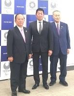 IOC委員への就任を組織委員会の森会長(右)に報告した渡辺氏(中央)。左は武藤敏郎事務総長=東京都港区で2018年10月18日午後0時38分、円谷美晶撮影