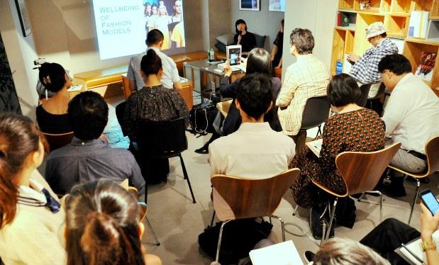 イベント「Soudan『ファッションモデルのウェルビーイング』」で、セッションに熱心に耳を傾ける参加者=東京都渋谷区で2018年10月6日、塩田彩撮影