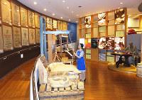 音、色、香り、手ざわり、味。どれもコーヒーだ!=神戸市中央区港島中町6のUCCコーヒー博物館で、三角真理撮影