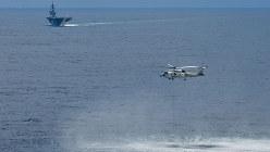 南シナ海で潜水艦の探知訓練をする海上自衛隊の護衛艦「かが」(奥)と搭載ヘリコプター=2018年9月13日(海自提供)