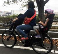 自転車に子どもを乗せるときはヘルメットを忘れずに=坂根真理撮影