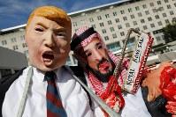 サウジアラビアのカショギ記者行方不明事件に抗議し、米トランプ大統領やムハンマド皇太子にふんして米国務省前で抗議する人たち=19日、ロイター