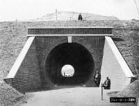 日本で初めて建設された鉄道トンネルの石屋川トンネル。軌道はまだ敷設されておらず、法被を着た人物の姿が映っている=ジョン・ローリー氏提供(色調を調整しています)