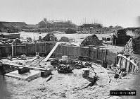 鉄道関連とみられる施設を建設中の写真。円形に掘られた手前の部分は転車台とみられる=ジョン・ローリー氏提供(色調を調整しています)