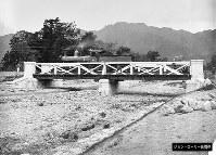 神戸・都賀川の橋りょう。撮影年などは不明=ジョン・ローリー氏提供(色調を調整しています)