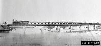 完成直後とみられる橋。橋の上の蒸気機関車は、京阪神間の貨物用に使用されたイギリス製の蒸気機関車。(2枚つなぎ)場所などの詳細は不明=ジョン・ローリー氏提供