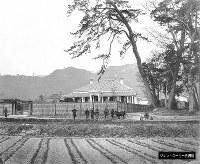 田畑の中にある西洋風の建築。鉄道関連の写真と共に見つかった=ジョン・ローリー氏提供(色調を調整しています)