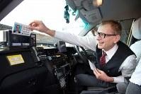 出発前に、乗務員証を差し込むウォルフガング・ルガーさん=東京都足立区で2018年10月18日、小川昌宏撮影