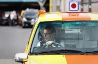 事業所から、1日の業務に出発するウォルフガング・ルガーさん。行く先を決めずに「流す」のがルガーさんのスタイルだ=東京都足立区で2018年10月18日、小川昌宏撮影