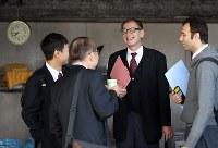 朝の出発前、他の乗務員と談笑するウォルフガング・ルガーさん。先輩ドライバーから様々なことを教えてもらっている=東京都足立区で2018年10月18日、小川昌宏撮影