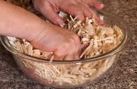 鶏ひき肉とエノキは同量。混ぜ合わせて塩・コショウをふります=丸山博撮影