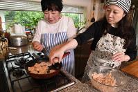 意外に鶏ひき肉は粘着力がすごく、固まりやすい=丸山博撮影