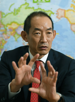 Takeshi Kasai, who has been nominated as the next World Health Organization regional director for the West Pacific, speaks to The Mainichi at the Tokyo Medical Association in Tokyo's Chiyoda Ward, on Oct. 12, 2018. (Mainichi/Koichiro Tezuka)