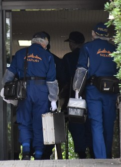 Investigators enter an apartment block where a 15-year-old boy allegedly stabbed his grandmother, in Wako, Saitama Prefecture, on Oct. 19, 2018. (Mainichi/Yuki Nakagawa)