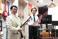 Seberu Pico Co. president Tomoyasu Ninomiya, left, holds a shamiko at the Shamiko Kaikan hall in Tokyo's Katsushika Ward, on Oct. 12, 2018. (Mainichi/Shohei Kawamura)