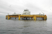 北海油田の技術を応用し、世界で初めて外洋でのサーモン養殖を実現したサルマール社の「オーシャンファーム1」=ノルウェー沖で2018年9月11日、加藤明子撮影