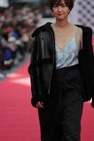 道路に特設されたランウエーを歩くモデル=東京都渋谷区で2018年10月21日午後1時53分、和田大典撮影