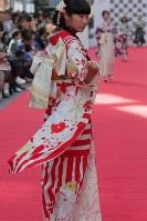 道路に特設されたランウエーを歩くモデルたち=東京都渋谷区で2018年10月21日午後1時58分、和田大典撮影