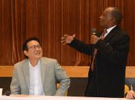 対談で会場を笑いに包んだ瀬古利彦さん(左)とジュマ・イカンガーさん=山形県長井市で2018年10月20日、佐藤良一撮影