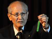 In this file photo dated March 26, 2009, Nobel laureate Osamu Shimomura holds a test tube containing green fluorescent protein at Nagoya University in the city of Nagoya in central Japan. (Mainichi/Kimi Takeuchi)
