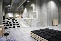 ミニコンサートや絵画展示などができる、新設された東京芸術大学のラーニングコモンズ=東京都台東区上野公園の同大で