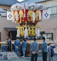 横転した太鼓台=香川県観音寺市内で、山中尚登撮影